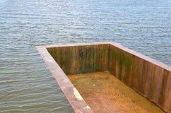 Évacuer l'exès d'eau le lac photographie stock
