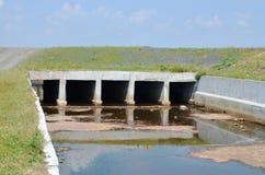 Évacuer l'exès d'eau le lac images libres de droits