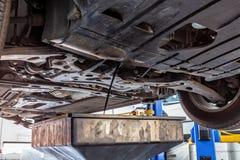 Évacuer l'huile à moteur la voiture photos libres de droits