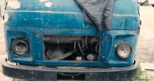 Évaluation abandonnée de couleur de vintage d'avant de voiture banque de vidéos
