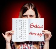Évaluation au-dessous de la femme moyenne et déçue Image libre de droits