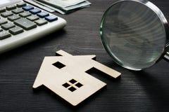 Évaluation de propriété Maison en bois avec la loupe photos libres de droits