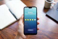 Évaluez vos étoiles de l'examen cinq de satisfaction du client d'expérience sur l'écran de téléphone portable Concept de technolo photographie stock libre de droits