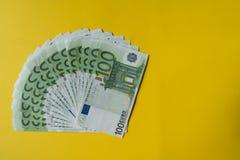 Éventé cent billets de banque d'euro, argent d'Union européenne photo stock