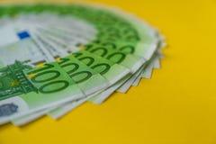 Éventé cent billets de banque d'euro, argent d'Union européenne photos stock