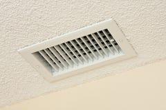 Évent de plafond sur le plafond acoustique Image libre de droits