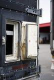 Évent ouvert dans la porte de la vieille semi remorque Photographie stock