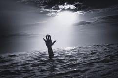 Évier d'homme dans l'eau images stock