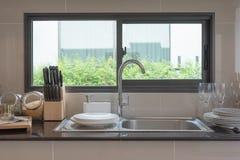 évier dans la chambre de cuisine, compteur moderne photos libres de droits
