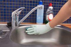 Évier de cuisine de nettoyage de femme Photo stock
