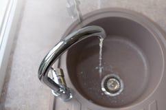 Évier de cuisine et eau courante, vue d'en haut image libre de droits