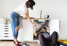 Évier de cuisine de fixation de couples à la maison Images libres de droits