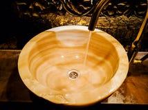 Évier de marbre de cru toilette chère images stock