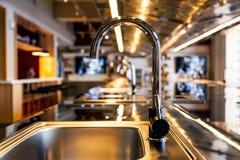 Évier de Mettalic dans une cuisine moderne photographie stock libre de droits