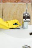Évier de nettoyage dans la salle de bains image stock