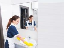 Évier de nettoyage de travailleur de ménage Photos stock