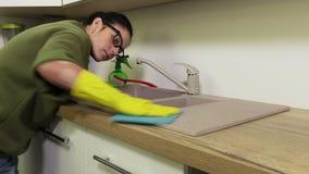 Évier de nettoyage de femme dans la cuisine banque de vidéos