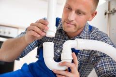 Évier de Repairing Pipe Of de plombier image stock