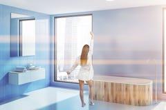 Évier et baquet dans le coin bleu de salle de bains, femme photo libre de droits