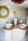 Évier intérieur de salle de bains avec la conception moderne Photographie stock libre de droits