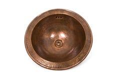 Évier rond de cuivre foncé sur le fond blanc Évier brun d'isolement dans le rétro style Chasse de cuivre Photos libres de droits