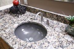 Évier rond gris avec le compteur de granit image libre de droits