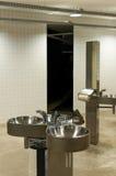 Éviers dans les toilettes publiques Photo libre de droits