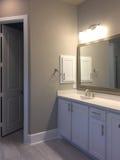 Éviers de salle de bains dans une nouvelle maison Image libre de droits