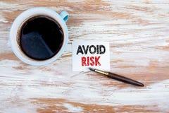 Évitez le concept de risque Lettre et stylo de papier image stock