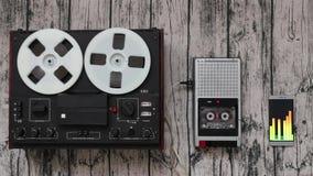 Évolution audio de joueur, concept de progrès de technologies Magnétophone, smartphone clips vidéos
