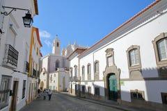ÉVORA, PORTUGAL - 8 DE OUTUBRO DE 2016: Uma rua cobbled com Sao Francisco Church no fundo foto de stock