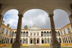 ÉVORA, PORTUGAL - 11 DE OUTUBRO DE 2016: A universidade Antiga Universidade com arcadas e as colunas de mármore imagem de stock
