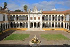 ÉVORA, PORTUGAL - 11 DE OUTUBRO DE 2016: A universidade Antiga Universidade com arcadas e as colunas de mármore imagens de stock royalty free