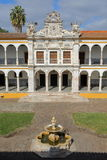ÉVORA, PORTUGAL - 11 DE OUTUBRO DE 2016: A universidade Antiga Universidade com arcadas e as colunas de mármore fotografia de stock
