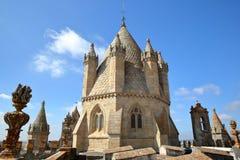 ÉVORA, PORTUGAL: O telhado do SE da catedral com a abóbada imagens de stock