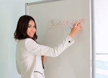 Éxito asiático de la escritura de la empresaria en whiteboard Imagen de archivo libre de regalías
