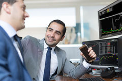 Éxito de asunto Hombres de negocios acertados que negocian en línea fotografía de archivo