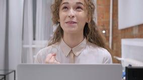 Éxito de celebración femenino feliz como trabajando en el ordenador portátil almacen de video