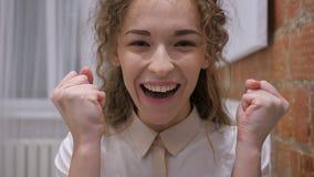 Éxito de celebración femenino feliz positivo como trabajando en el ordenador portátil metrajes