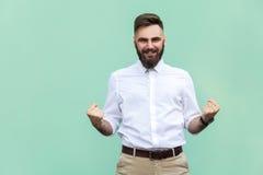 Éxito de Rejoicing For His del hombre de negocios Aislado en fondo verde claro fotografía de archivo