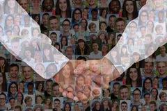 Éxito del apretón de manos del hombre de negocios en collage del negocio con vagos de la gente imagenes de archivo