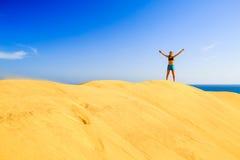 Éxito del corredor en las dunas de arena de la playa Imagenes de archivo