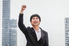 Éxito del hombre de negocios Ganador del hombre de negocios triunfo feliz Triumph, victoria de la gente acertada, de la persona o imagenes de archivo