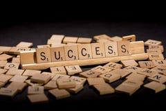 Éxito deletreado hacia fuera en letras del Scrabble Foto de archivo