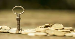 Éxito empresarial - llave y dinero Fotos de archivo libres de regalías