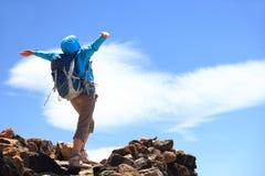 Éxito en la parte superior de la montaña Fotografía de archivo libre de regalías