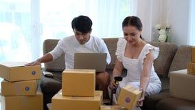 Éxito feliz de los pares en su negocio del dueño almacen de video