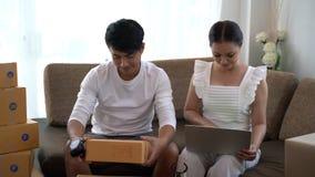 Éxito feliz de los pares en su negocio del dueño almacen de metraje de vídeo