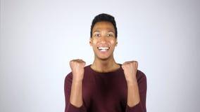 Éxito, logro, entusiasmo, ganador, gesto del hombre joven imagen de archivo