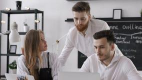Éxito Team Start Up del funcionamiento o de la planificación del hombre en la reunión de negocios en oficina almacen de metraje de vídeo